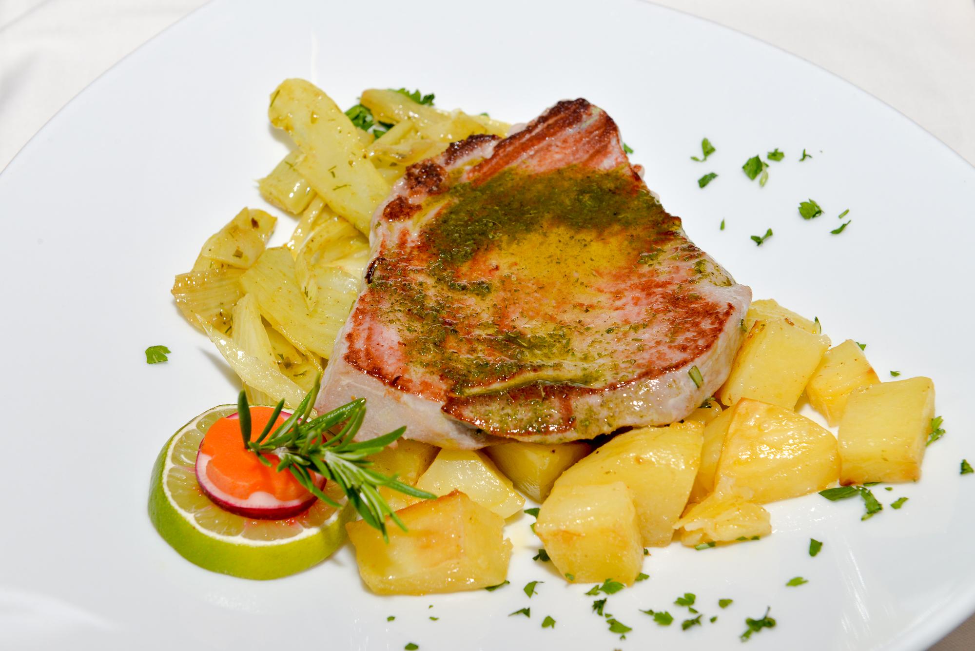 Thunfischscheibe am Grill schonend gegart im Sauce Bernice und Pommes Noisettes